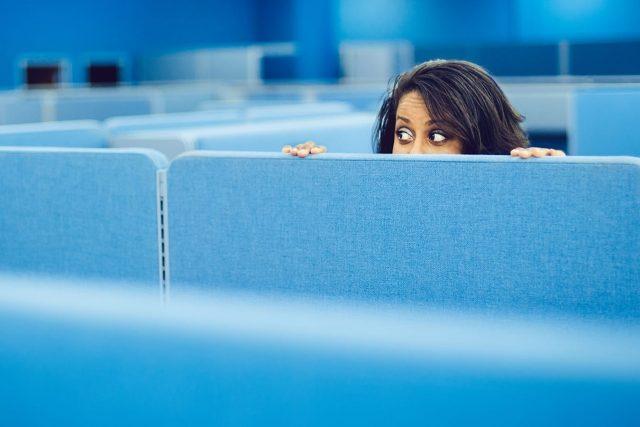 Photo d'une femme caché derrière des